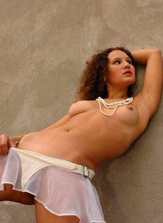 Кудрявая девица шалит с пиздой возле ржавой лестницы - фото #5