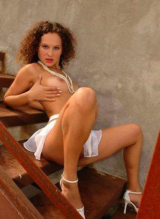 Кудрявая девица шалит с пиздой возле ржавой лестницы - фото #9