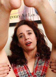 Женщина разделась и продемонстрировала мохнатую щелочку - фото #7