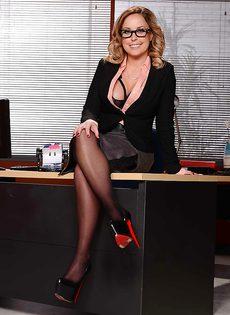 Жаркая начальница в красивом нижнем белье и чулочках - фото #1
