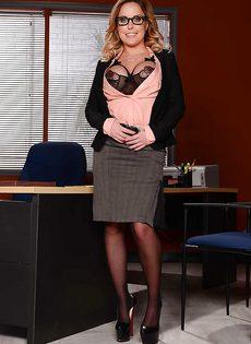 Жаркая начальница в красивом нижнем белье и чулочках - фото #2