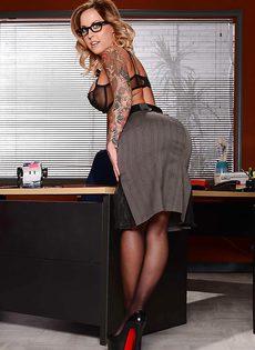 Жаркая начальница в красивом нижнем белье и чулочках - фото #3