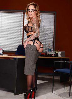 Жаркая начальница в красивом нижнем белье и чулочках - фото #4
