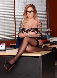 Жаркая начальница в красивом нижнем белье и чулочках - фото #7