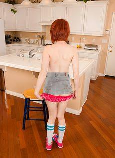 Рыженькая молодка снимает с себя одежду на кухне - фото #9