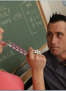 Студентка в очках с легкостью соблазнила преподавателя - фото #1