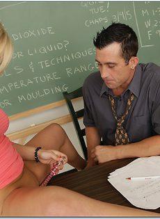 Студентка в очках с легкостью соблазнила преподавателя - фото #2