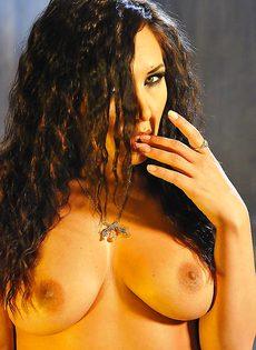 Эротическая фото сессия сексапильной брюнетки - фото #13