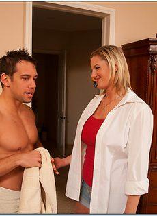 Угощает грудастую зрелую блондинку после полового акта - фото #1