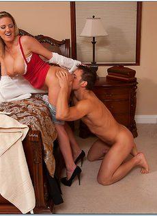 Угощает грудастую зрелую блондинку после полового акта - фото #5