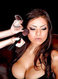 Латиноамериканская красавица с большими силиконовыми сиськами - фото #13