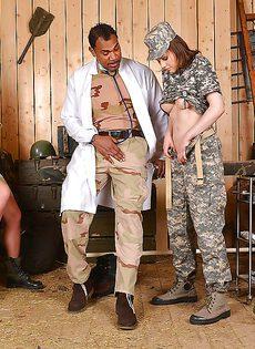 Военный доктор трахнул американских солдаток по очереди - фото #2