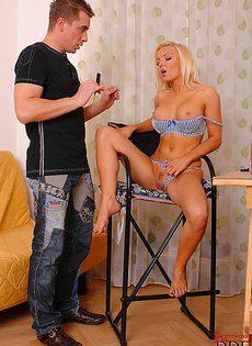 Смачно отсасывает большой пенис молодого пацана - фото #2