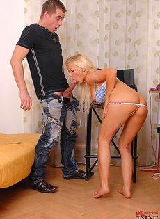 Смачно отсасывает большой пенис молодого пацана - фото #5