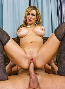Паренек вставил пенис в бритую киску шикарной блондинки - фото #9