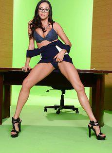 Деловая женщина с большими силиконовыми сиськами - фото #6