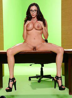 Деловая женщина с большими силиконовыми сиськами - фото #11