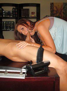 Сосет здоровенный половой член в домашних условиях - фото #2