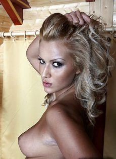 Эротика умопомрачительной блондинистой девушки в чулках - фото #12