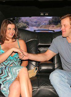 В машине брюнетка с большими дойками сосет половой член - фото #1
