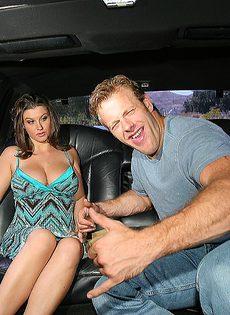 В машине брюнетка с большими дойками сосет половой член - фото #2