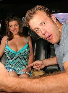 В машине брюнетка с большими дойками сосет половой член - фото #3