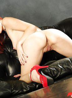 Голенькая рыжеволосая потаскушка Violet Monroe - фото #11