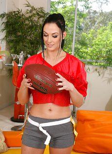 Спортивная девушка обнажилась и красиво попозировала - фото #2