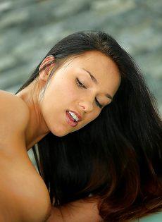 Соблазнительная натирает до красноты сладенькую щелку - фото #15