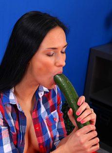 Темноволосая распутница мастурбирует вагину длинным огурцом - фото #2