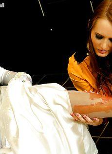 Брюнетка развратничает с рыжеволосой подружкой - фото #9
