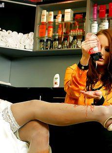 Брюнетка развратничает с рыжеволосой подружкой - фото #10