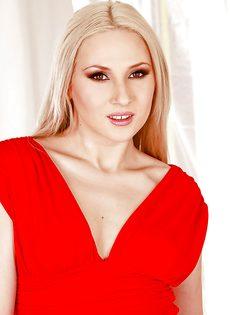 Гламурная блондинка запихивает игрушку между ножек - фото #1