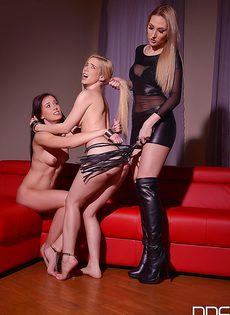 Строгая госпожа доминирует над молоденькими девушками - фото #15