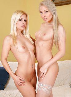 Две светловолосые подружки с очень красивыми задницами - фото #9