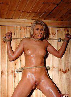 Крепко связанная обнаженная девушка в бане - фото #9