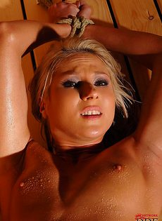 Крепко связанная обнаженная девушка в бане - фото #16