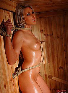 Связанная красавица парится в сауне - фото #10