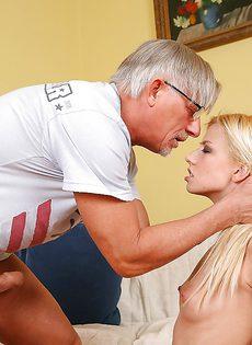 Мужчина имеет в ротик молоденькую блондинку - фото #6