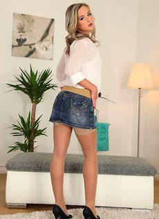 Бритая киска блондинистой девушки в телесных чулках - фото #1
