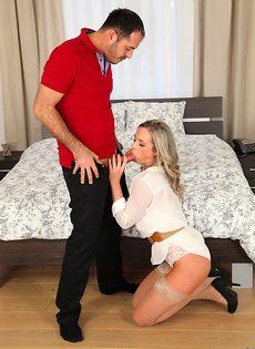 Перед сексом замечательная девушка берет пенис в ротик - фото #8