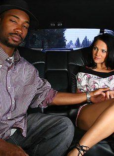 В автомобиле брюнетка отсосала большой черный член - фото #2