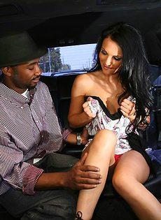 В автомобиле брюнетка отсосала большой черный член - фото #3