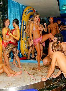 Оргия с пьяненькими телочками на вечеринке в клубе - фото #11