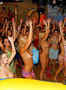 Оргия с пьяненькими телочками на вечеринке в клубе - фото #16