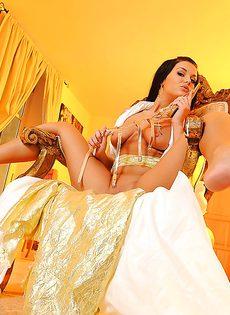 Соло молоденькой темноволосой девушки с бритой киской - фото #15