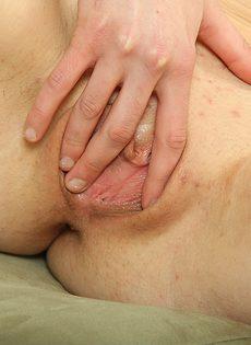 Развратная телочка сняла трусики и занялась мастурбацией киски - фото #14