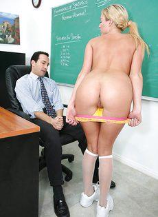 Преподаватель трахает молоденькую студентку в классе - фото #3