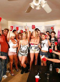 Парни со студентками устроили прекрасную групповушку - фото #1
