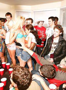 Парни со студентками устроили прекрасную групповушку - фото #2